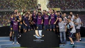 Los jugadores del FC barcelona celebran la conquista de la Supercopa de España 2018 frente al Sevilla en Tánger (Marruecos)