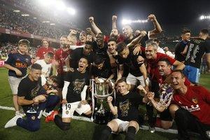 Los jugadores del Valencia celebran con el trofeo después de ganar el último partido de fútbol de la Copa del Rey (Barcelona) 2019 contra el Barcelona en el estadio Benito Villamarin de Sevilla.