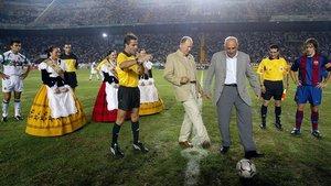 Marcial y Asensi, haciendo el saque de honor antes de un Elche-Barça