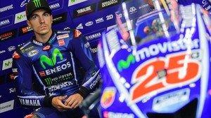 Maverick Viñales, junto a su moto en el box de Yamaha