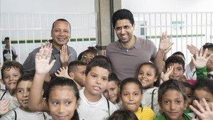 Nasser Al-Khelaïffi, con los niños del Instituto Proyecto Neymar Jr.