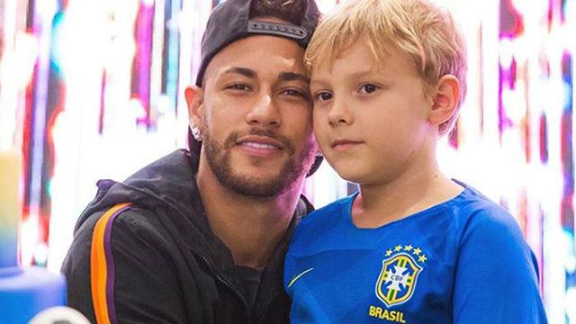 Neymar y su hijo protagonizan un curioso bottle cap challenge