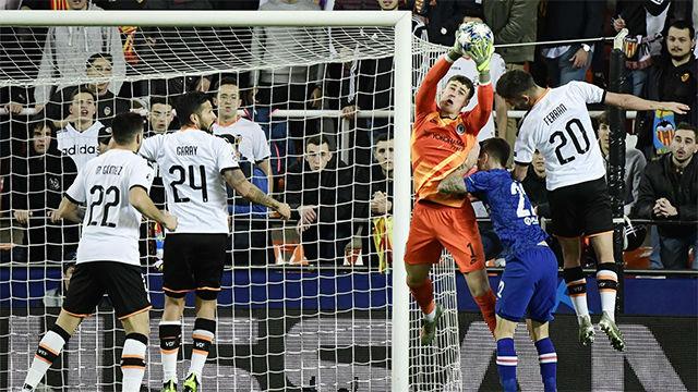 Paradón de Kepa a mano cambiada en el penalti lanzado por Parejo