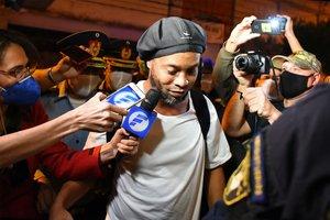 Por fin liberado, Ronaldinho llega al hotel donde cumplirá arresto domiciliario