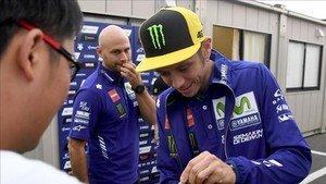 Rossi firmando autógrafos en Motegi