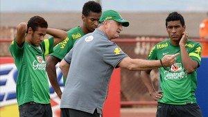 Scolari da instrucciones a Paulinho en la Seleçao
