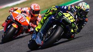 Valentino Rossi (Yamaha), en Misano, hoy, precediendo en una vuelta a Marc Márquez (Honda).
