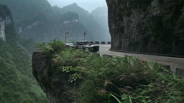 El vértigo extremo hecho video: la conducción temeraria en la puerta del cielo