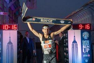El atleta polaco Piotr Lobodzinski celebra su victoria en la carrera vertical del Empire State Building Run Up 2019. Lobodzinski tardó 10 minutos y 5 segundos en subir los 86 pisos y 1576 escalones del mítico rascacielos.