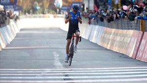 Ben OConnor tuvo tiemp oa celebrar su triunfo antes de cruzar la línea de meta