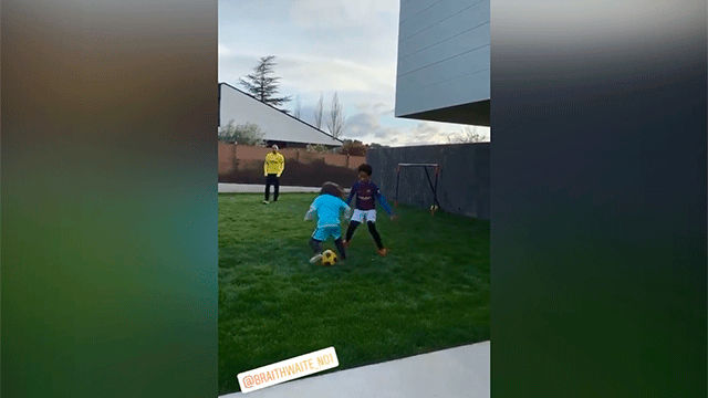 Braithwaite juega al fútbol con sus hijos en el jardín de casa