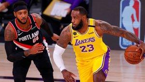 Carmelo defiende a LeBron en una acción del partido