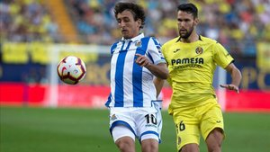 El centrocampista del Villarreal, Alfonso Pedraza, persigue a Oyarzabal