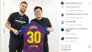Curry posa jutno a Hiroshi Mikitani con la camiseta del Barça