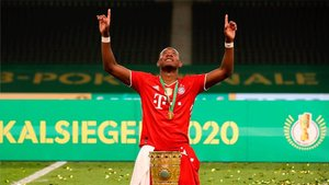 David Alaba con la reciente copa alemana ganada por el Bayern de Múnich