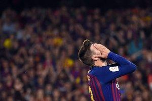 El defensa español del Barcelona, Gerard Pique, reacciona al perder una oportunidad de gol durante el último partido de fútbol de la Copa del Rey (Barcelona) del 2019 entre Barcelona y Valencia en el estadio Benito Villamarin de Sevilla.