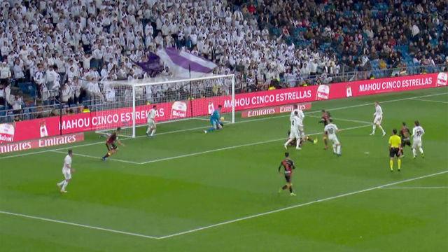 Doble parada de Courtois para salvar al Madrid en el último minuto