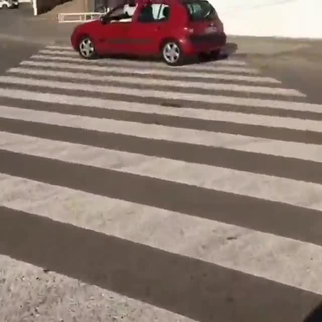 Se encuentra un coche en un paso de peatones y...¡lo cruza!
