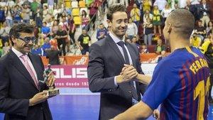 El exazulgrana Paco Sedano (ahora en la RFEF) felicita a Ferrao