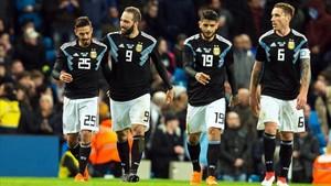 Los jugadores argentinos, con Higuaín y Banega al frente, felicitan a Lanzini