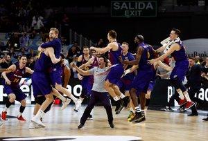 Los jugadores del Barcelona Lassa celebran la victoria ante el Real Madrid, al término de la final de la Copa del Rey de baloncesto disputada este domingo en el WiZink Center
