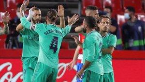 Los jugadores del Madrid celebran el gol de Benzema