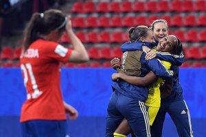 Madelen Janogy recibe la felicitación de sus compañaeras al final del partido de la Copa Mundial Femenina de la FIFA 2019 entre Chile y Suecia en el Roazhon Park stadium en Rennes.