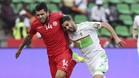 Mahrez luchando un balón con Ben Amor en el Argelia-Túnez