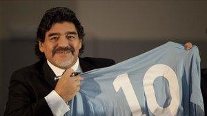 Maradona junto a una camiseta con el dorsal 10