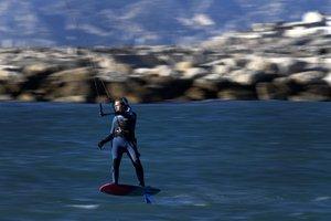 Un practicante de Kite Surf entrena en el Mar Mediterraneo en Marsella