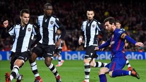 Shaq (el segundo por la izquierda), intentando taponar a Leo Messi