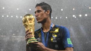 Varane, con el trofeo de la Copa del Mundo