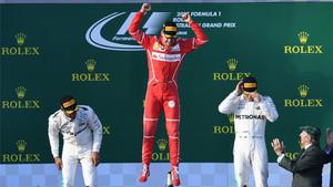 Vettel, exultante, rodeado de los pilotos de Mercedes en el podio