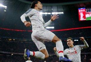 Virgil van Dijk (i) del Liverpool celebra tras anotar un gol este miércoles, durante un partido de octavos de final de la Liga de Campeones UEFA, entre el Bayern Munich y el Liverpool FC, en el estadio Allianz Arena de Munich (Alemania).