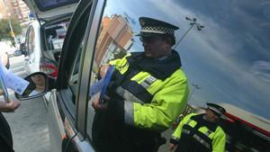 Policía para a un conductor