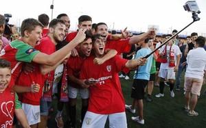 Algunos jugadores de la Pobla se hicieron el selfie del ascenso