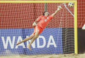 El arquero de México Gabriel Macías salta por el balón este jueves en un partido de la primera jornada del grupo B de la Copa Mundial de Fútbol Playa entre Uruguay y México en el estadio Los Pynandi.