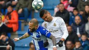Casemiro y Aleix Vidal luchan un balón en el Alavés-Madrid