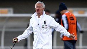 Deschamps dirigiendo un entrenamiento de la selección francesa