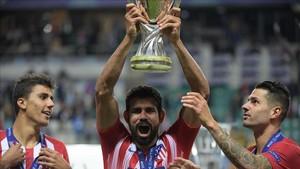 Diego Costa levanta el trofeo de la Supercopa de Europa