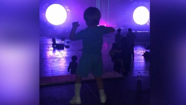 El hijo de Piqué no puede parar de bailar en los ensayos de Shakira