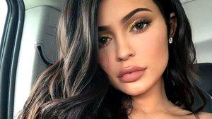 Kylie Jenner cautiva a sus seguidores con un desnudo oculto entre sábanas blancas