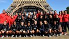 Las jugadoras del PSG posan junto a la Torre Eiffel
