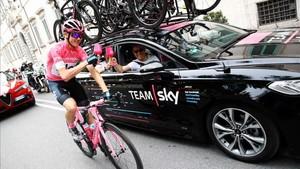 El líder de la carrera, Chris Froome, poseedor de la maglia rosa