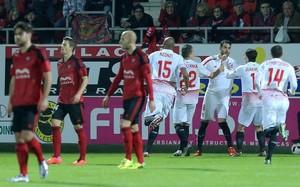 Los jugadores del Sevilla, celebrando el primer gol del partido