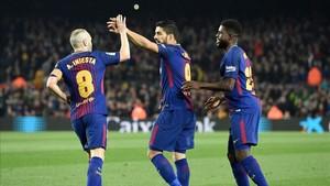 Luis Suárez celebra con Iniesta y Umtiti el primer gol del partido ante el Espanyol