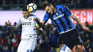 Mauro Icardi cabecea un balón durante un partido ante el Atalanta