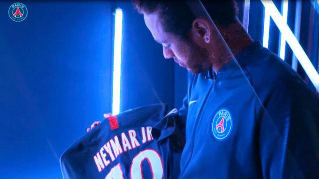 Mbappé y Neymar, presentan la nueva camiseta del PSG