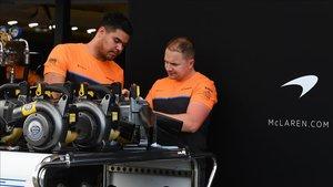 Mecánicos de Mclaren en Melbourne of the mclaren team work in pit lane at th200326123418