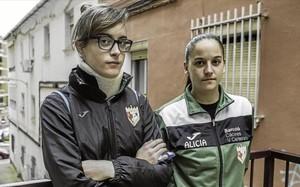 Nerea Sánchez, con el collarín, es una de las agredidas. A su lado, Alicia Barrado, compañera de equipo